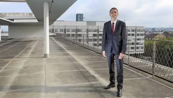 Wollte als Jugendlicher Pianist werden, nun ist er Regierungsrat: Lukas Engelberger auf dem Dach des Basler Unispitals.
