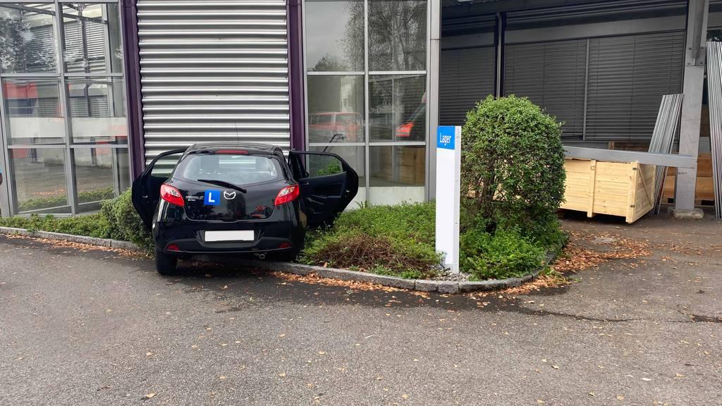 Lernfahrerin fährt frontal in Mauer – drei Verletzte