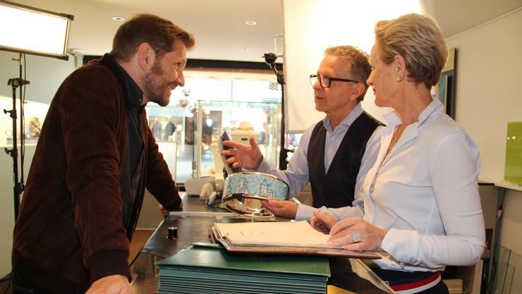 Polizist Reto Doerig (Samuel Streiff, l.) mit Christian und Lisa Bolliger in der Bijouterie in Aarau.