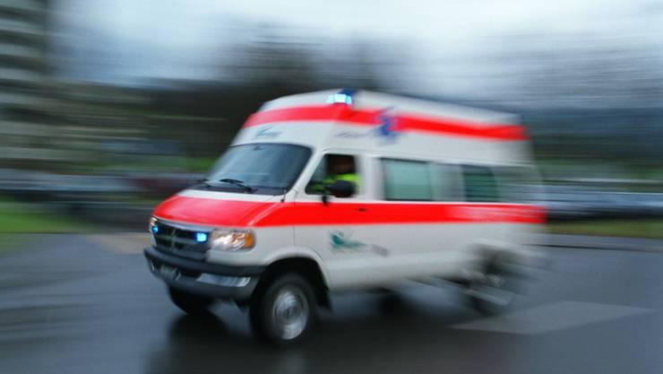 Die Ambulanz bringt den verletzten Fussgänger ins Spital. (Symbolbild)