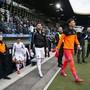 Die GC-Spieler, vorne Heinz Lindner, verlassen nach dem Spielabbruch in Luzern enttäuscht die Spielerbank