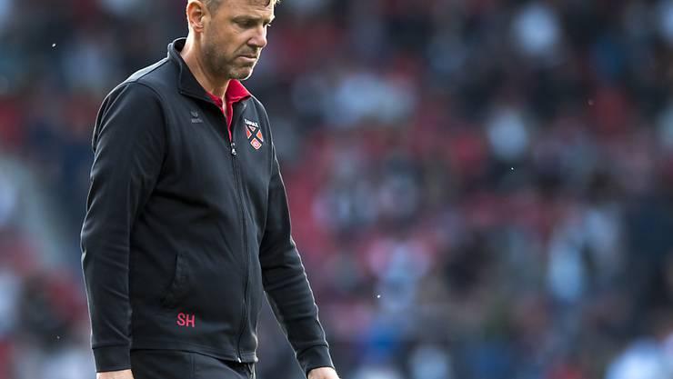 Wenn der Körper alles sagt: Xamax-Coach Stéphane Henchoz nach dem 0:4 gegen Aarau auf dem Weg in die Garderobe