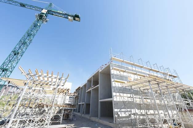 Bau kaum schwächer Einige Grossprojekte wurden in diesem Jahr abgeschlossen (Messe, H2), andere hingegen sorgen weiterhin für Beschäftigungsimpulse (Erlenmatt, Turmprojekte, Schulhausbauten). Einige Firmen haben in diesem Jahr ein zweistelliges Wachstum verzeichnet. Die Zahl der Bauvorhaben hat laut Wirtschaftsstudie Nordwestschweiz im zweiten Semester weiter zugenommen. Hingegen sind gemäss BAK Basel die Baugesuche wieder etwas rückläufig. Insgesamt sind die Aussichten aber nicht schlecht: Die Zinsen sind nach wie vor tief, was sowohl den Wohnungsbau wie auch die Renovationen beflügelt. (STS)