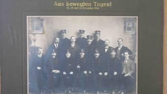 Die Oltner Helden der bewegten Tage vom 12. bis 14. November 1918 posieren vor dem Fotografen: «Hoch die Solidarität!».