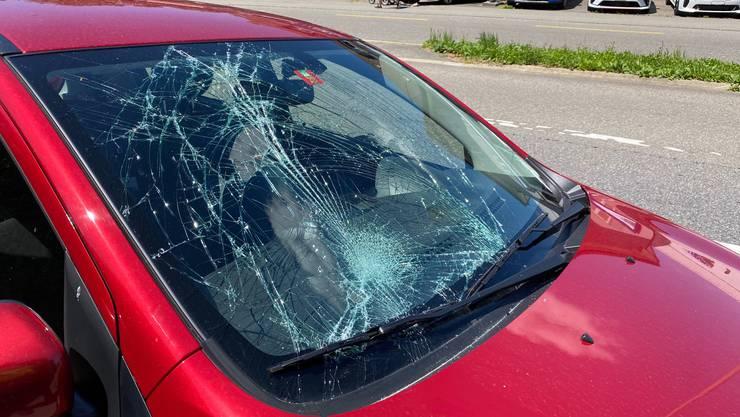 Der Lenker dieses Autos fuhr einen 60-Jährigen auf dem Fussgängerstreifen an.