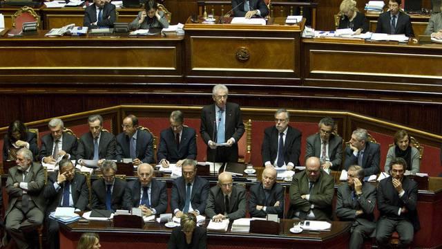 Der italienische Premier Mario Monti spricht im Senat in Rom (Archiv)