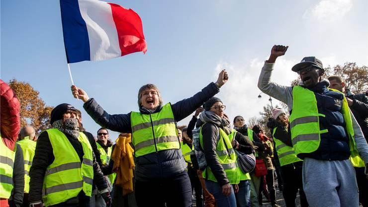 Protest der «Gelbwesten» mit Nationalflagge in Paris.  EPA