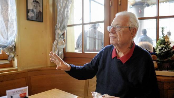 Willi Erzberger in seinem «zweiten Wohnzimmer», dem Schiefen Eck am Claraplatz. Foto: Martin Töngi