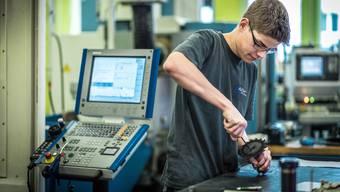 Wird er nach dem Abschluss eine Stelle finden? Polymechaniker-Lehrling Patrick Lindenmann in der Werkstatt der Alesa AG in Seengen.