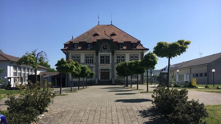 Das Schulhaus in Hallwil.