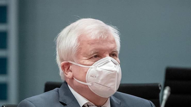 ARCHIV - Horst Seehofer (CSU), Bundesminister des Innern, für Bau und Heimat, wartet auf den Beginn der Sitzung des Bundeskabinetts im Kanzleramt. Foto: Michael Kappeler/dpa-pool/dpa