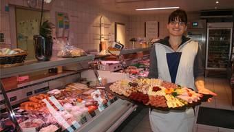Nicole Kupferschmid von der Metzgerei Alois Koller in Rothrist mit einer frisch zubereiteten kalten Platte. cki