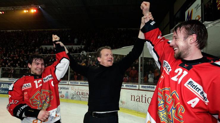 Kevin Schläpfer bejubelt den Aufstieg in die NLA im Jahr 2008, damals noch als Sportchef.