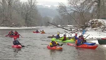 Die spinnen doch, die Aargauer! Verrückte Kanuten paddelten heute bei der Eskimo-Fahrt von Bremgarten nach Mellingen.