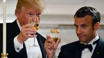 Santé! – Ein Bild von US-Präsident Donald Trump und Frankreichs Staatschef Emmanuel Macron (r.) aus harmonischeren Tagen.AFP