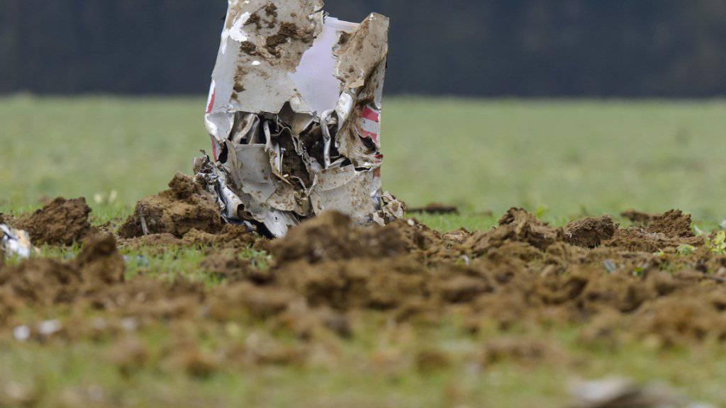 Vom abgestürzten Schweizer F/A-18-Kampfjet ist am Unfallort nicht mehr viel zu erkennen.