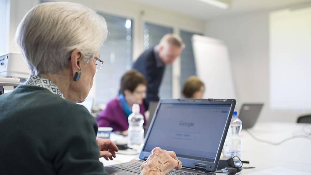 Eine Seniorin an einem Computerkurs. Die Industriestaatenorganisation OECD empfiehlt der Schweiz, das Rentenalter zu erhöhen. (Themenbild)