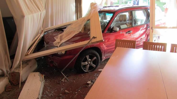 Das Auto durchbrach die Fensterfront...