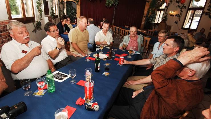 Landammann Urs Hoffmann (Zweiter von links) diskutiert mit der Zurzibieter Bevölkerung.  Angelo Zambelli