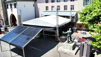 Auf dem Aarauer Holzmarkt neben dem Obertorturm wird die Bühne für einen einzigen Opernabend aufgebaut