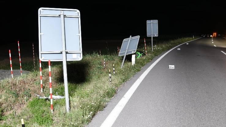 Der Töfffahrer musste bei einem Überholmanöver einem entgegenkommenden Wagen ausweichen und kollidierte dabei mit zwei Randleittafeln.