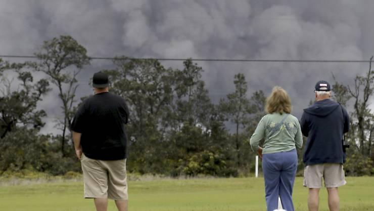 Anwohner des Vulkans Kilauea auf Hawaii beobachten den Ascheregen.