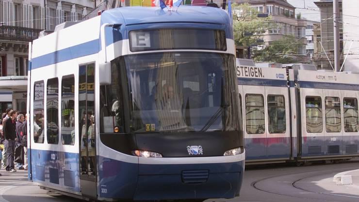 Sicherheitskontrolle für alle Zürcher Cobra-Trams: Die Verkehrsbetriebe Zürich befürchten Entgleisungen.