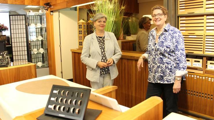 Gabi (links) und Simone Maegli in ihrem Juweliergeschäft am Marktplatz.