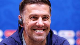 Vor dem Match gegen die Schweiz in bester Laune: Serbiens Trainer Mladen Krstajic