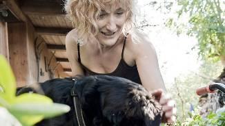 «Das Halten eines Hundes entspricht einer Freizeitaktivität» – Frau Landstatthalter Susanne Hochuli mit ihrer Hündin Mira.  ho