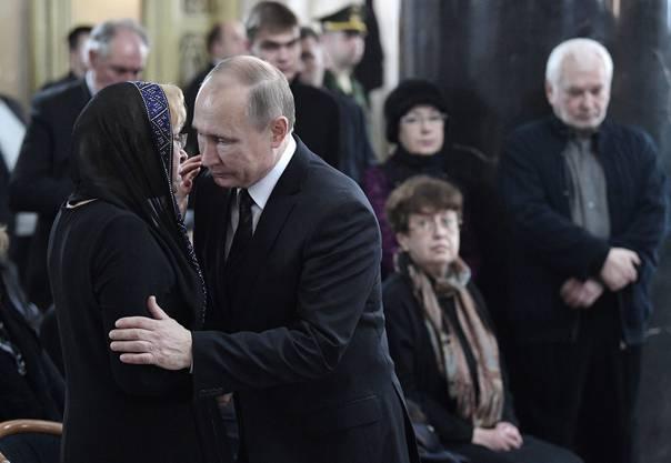 Putin spricht zur Witwe des ermordeten Botschafters Andrei Karlov.