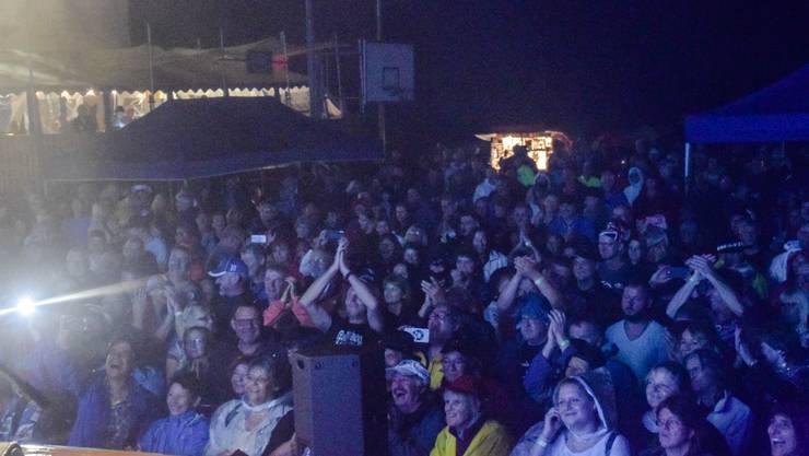 Die Stimmung war toll, das Publikum liess sich vom Regen nicht verdriessen.