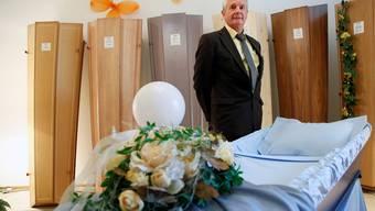 Bestatter Ruedi Messer berät Hinterbliebene in seinem Ausstellungsraum in Solothurn.