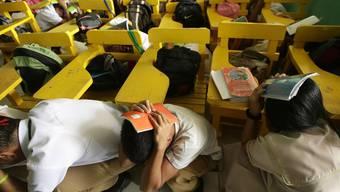 Schüler in Manila werden trainiert, wie sie sich bei einem Erdbeben verhalten sollen.