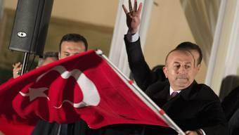 Türkischer Aussenminister Mevlüt Cavusoglu schwenkt am Dienstagabend in Hamburg die Nationalflagge