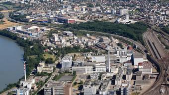 Eigentlich wäre das Areal «Rheinlehne» bei Schweizerhalle ideal (Kreis), doch hier ist anderes geplant und Wohnraum untersagt. ZVG