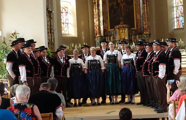 """Der Jodlerclub beim Vorttragen des Wettliedes """"I wett e Rose finde"""" von J. Röthlisberger in der Kirche St. Martin in Mümliswil"""