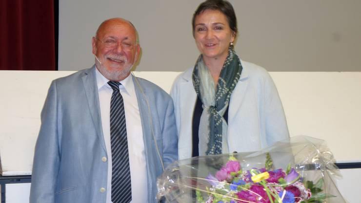 Gemeinderätin Karin Funk (FDP) wird von Gemeindeammann Hans Ulrich Reber verabschiedet. Für sie war es nach fast sechs Amtsjahren die letzte Gemeindeversammlung