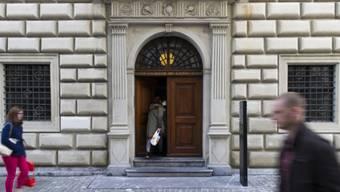 Passanten vor dem Regierungsgebäude des Kantons Luzern (Symbolbild)