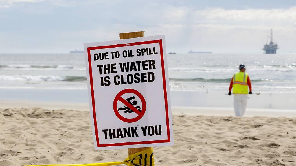 Ein Schild mit der Aufschrift «due to oil spill the water ist closed» ist am Strand aufgestellt. Die Ölpest vor der Küste Südkaliforniens hat mehrere Strände verschmutzt.