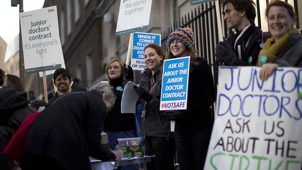 Assistenzärztinnen protestieren vor einem Londoner Spital.
