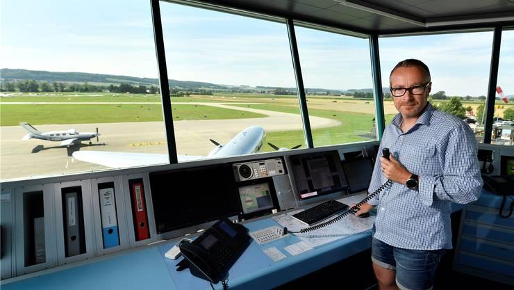 Simon Dietiker, einer der drei Fluglotsen im Tower Grenchen, an seinem Arbeitsplatz über dem Flugplatz.