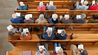 Gottesdienstbesucher in einer reformierten Kirche: Bis am 19. April können keine solchen Feiern mehr durchgeführt werden.