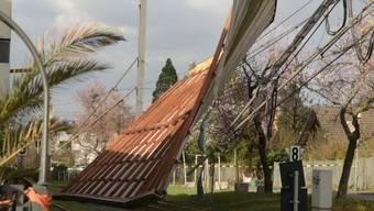 """In Baden-Württemberg wehte Sturm """"Eberhard"""" das Dach der Halle einer Tankstelle weg. Dieses landete auf einer Tramlinie."""