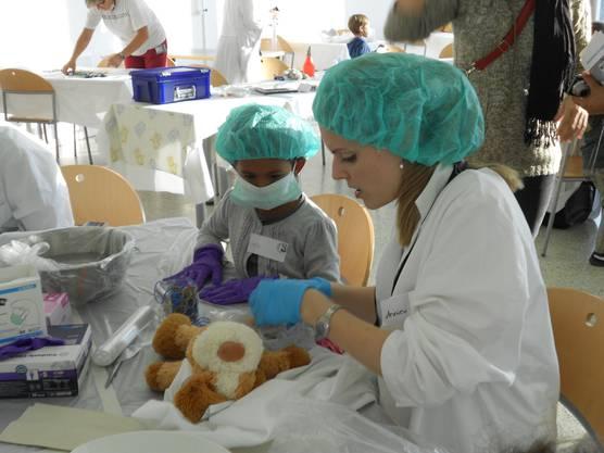 Die Kindergärtler assistieren bei der Operation ihrer Plüschtiere