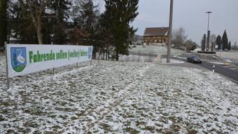 Die Gegner haben schon einmal ein Plakat beim Kreisel in Benzenschwil montiert.