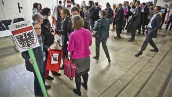 TW-Lehrerinnen schenken dem Grossrat  farbiges Etuis mit der Forderung für keinen Abbau beim Textilen Werken. (Archiv)
