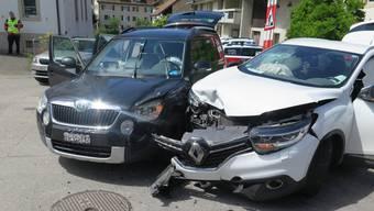 Die beiden Autos wurden zum Teil stark beschädigt und mussten durch ein Abschleppunternehmen abtransportiert werden.