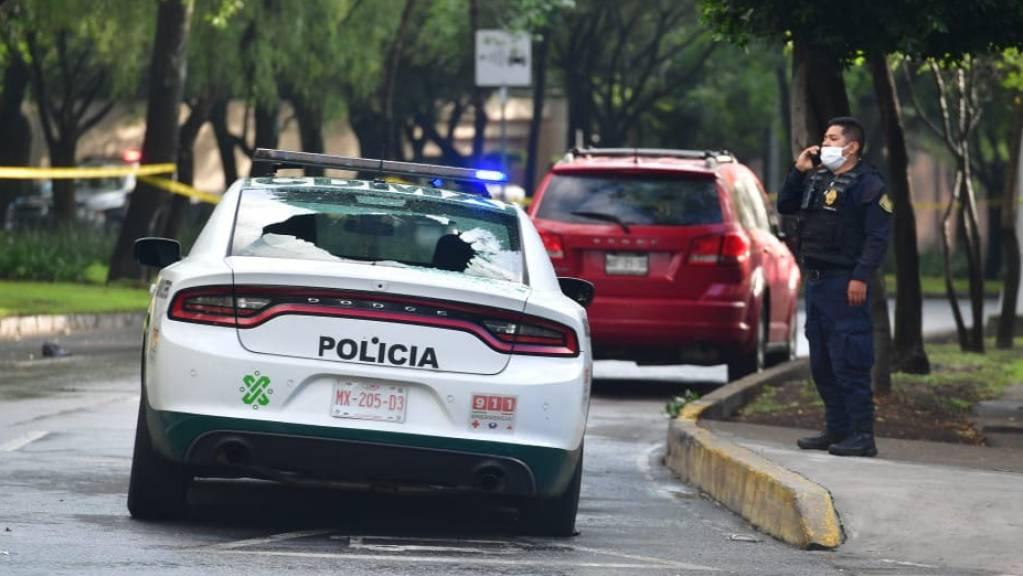 Ein Polizeiauto mit zerbrochenem Glas am Tatort in Mexiko-Stadt. Foto: El Universal/El Universal via ZUMA Wire/dpa
