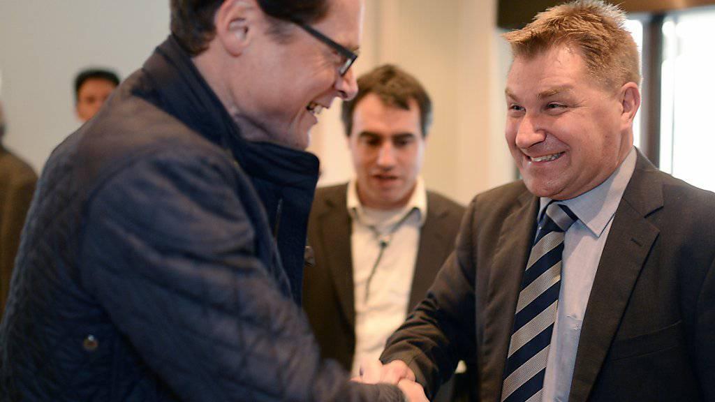 SVP-Nationalrat Roger Köppel (links) und SVP-Präsident Toni Brunner sind sich einig: Über das revidierte Asylgesetz soll das Volk entscheiden. (Archivbild)
